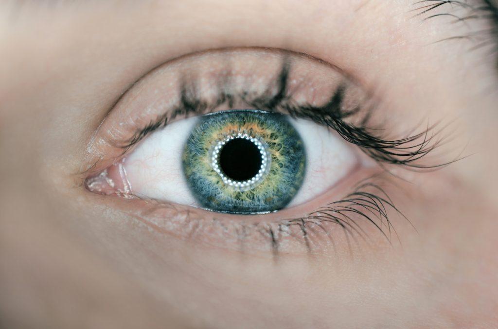 Zbliżenie na oko z soczewką