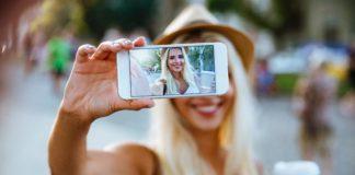 Kobieta robi zdjęcie smartfonem