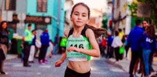 Dziecko biegnie w wyścigu