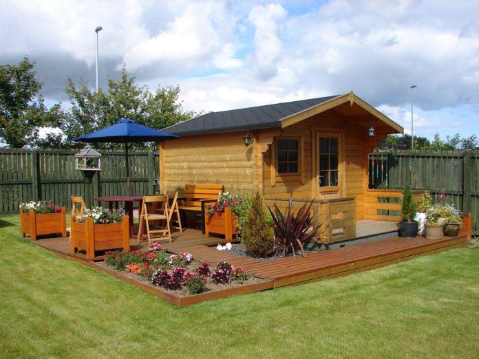 drewniany domek w ogrodzie