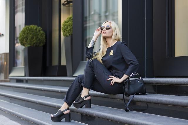 Kobieta ubrana na czarno