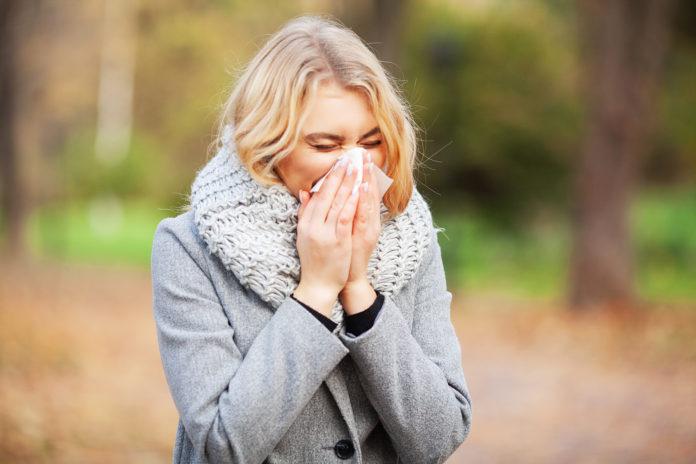 Przeziębiona kobieta