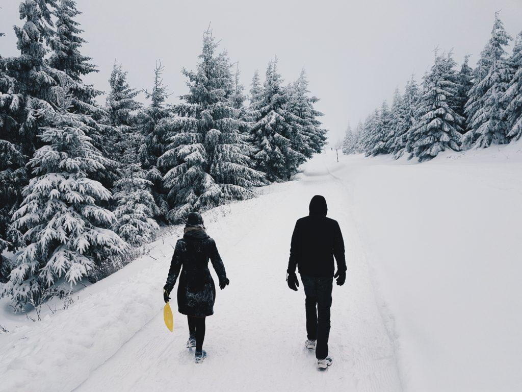 Dwie osoby w kurtkach zimowych