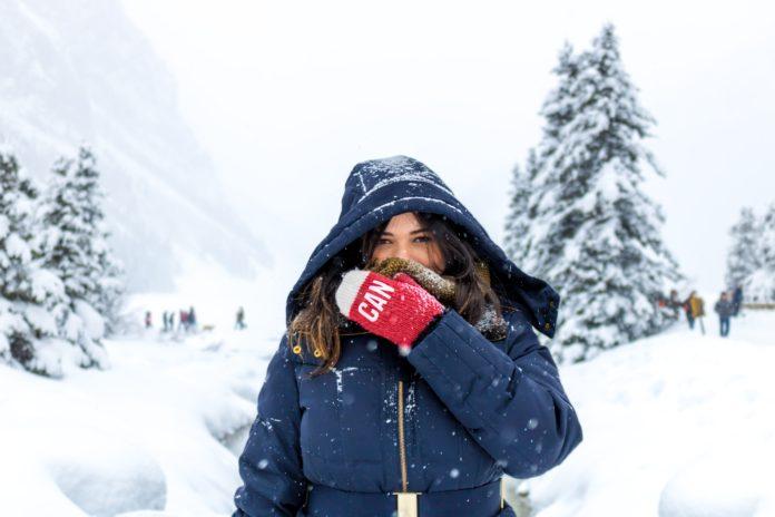 Kobieta w niebieskiej zimowej kurtce