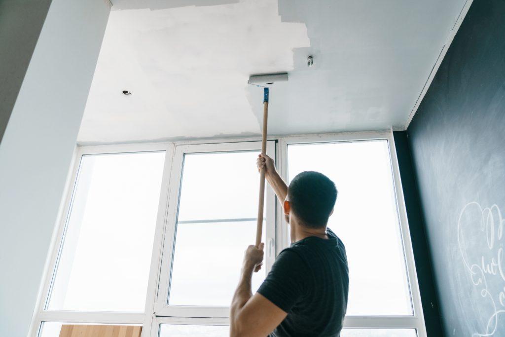 Zasady malowania sufitu