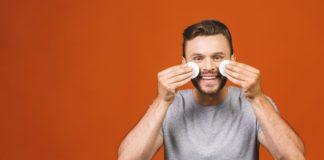Oczyszczanie twarzy mężczyzny