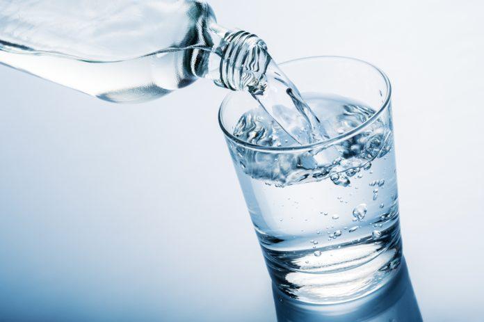 Woda niegazowana w szklance