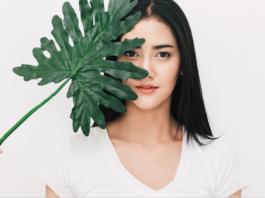 kobieta z zielonym liściem