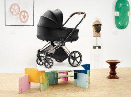 Czarny wózek dziecięcy na kolorowej wystawie