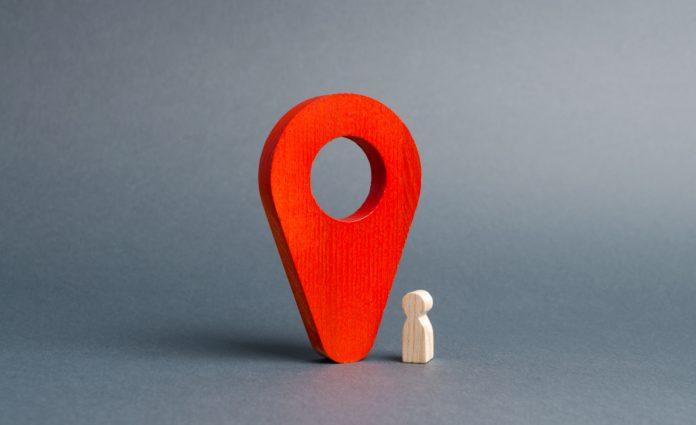 czerwony wskaźnik lokalizacji i drewniany jasny ludzik