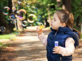 dziewczynka z bańkami mydlanymi