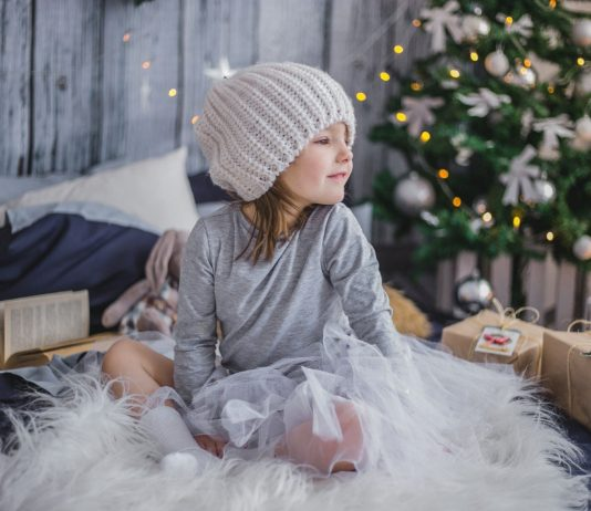 Dziewczynka wśród prezentów