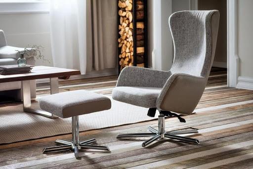 Szary fotel z podnóżkiem