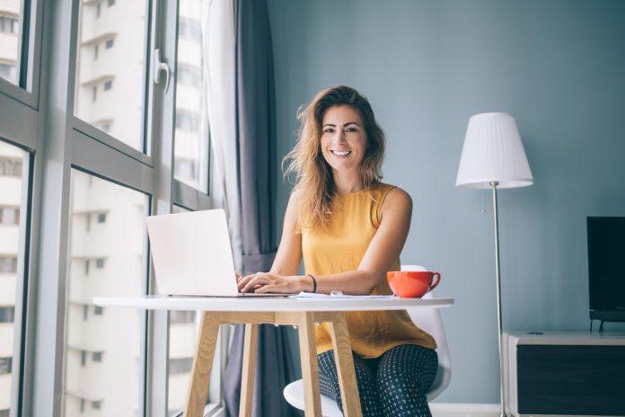 Kobieta robiąca zakupy w zagranicznym sklepie internetowym
