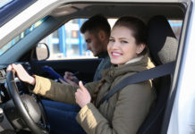 Kobieta na kursie prawa jazdy