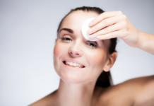 Kobieta oczyszczająca twarz wacikiem nasączonym młynem micelarnym