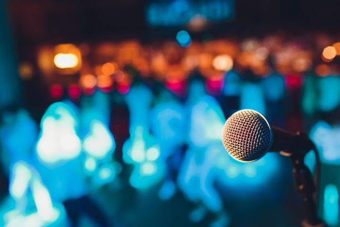 Mikrofon na scenie standup