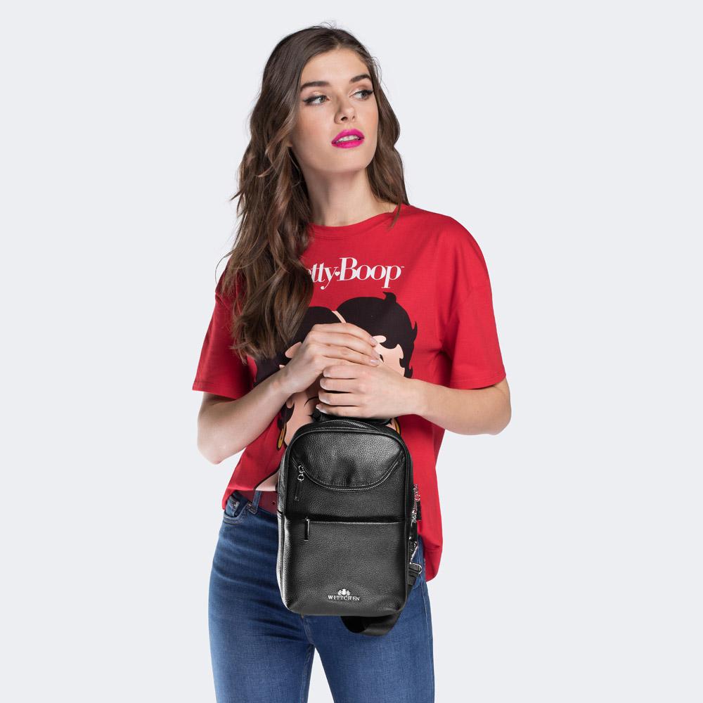 Dziewczyna z plecakiem crossbody