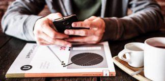 Człowiek w kawiarni ze smartfonem