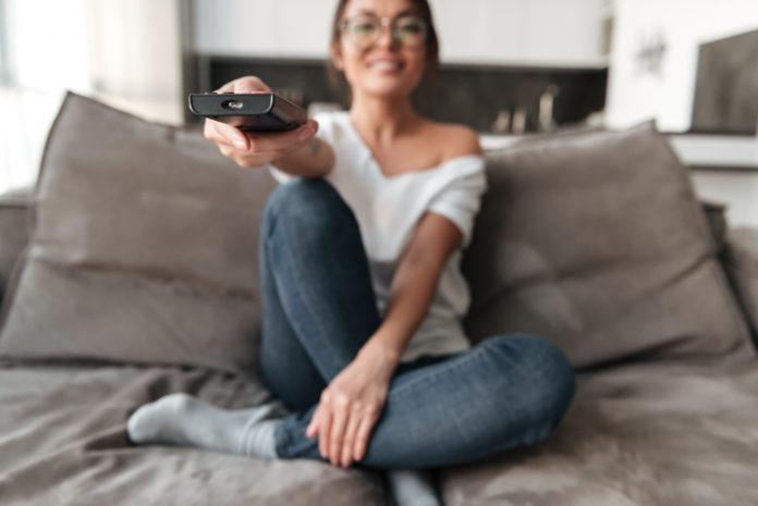dziewczyna oglądająca smart tv
