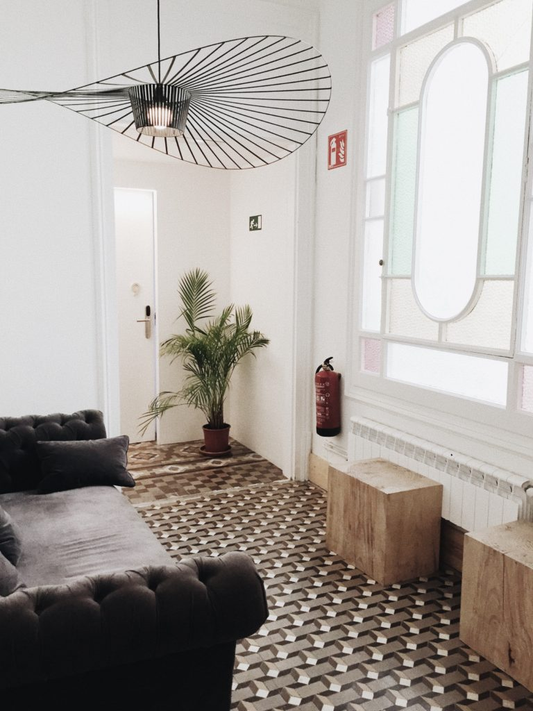 elegancka lampa glamour w salonie