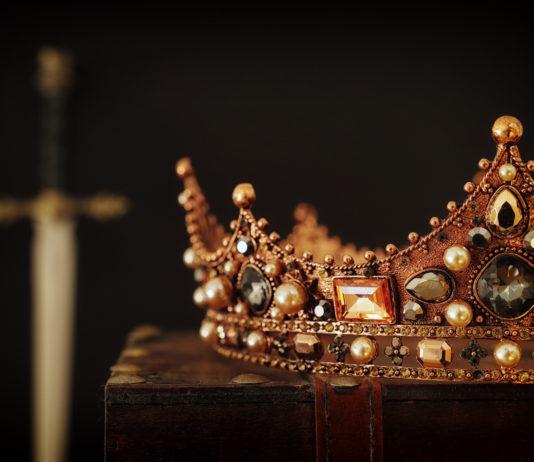 korona królewska miecz