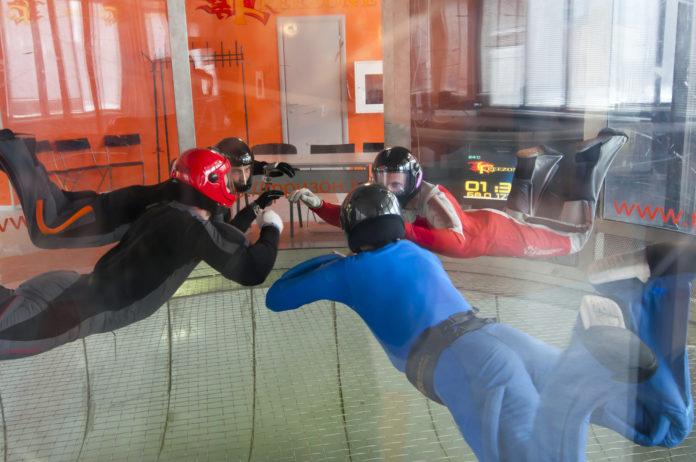 czwórka ludzi w tunelu aerodynamicznym