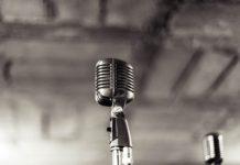 Mikrofon na szarym tle