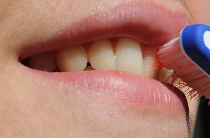 mycie zębów szczoteczką do zębów
