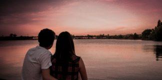 para nad jeziorem przy zachodzie słońca