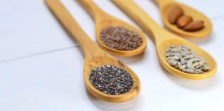 różne rodzaje ziaren na drewnianych łyżkach