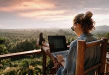 dziewczyna pracująca na laptopie na egzotycznych wakacjach