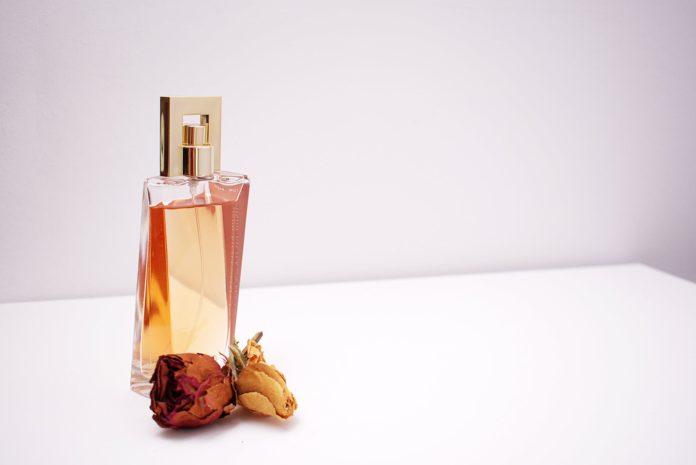 ekskluzywne perfumy na jasnym tle