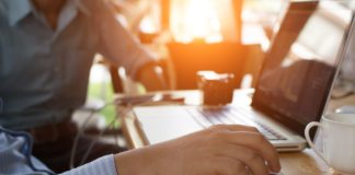 Biznesmen wypełniający elektroniczny wniosek o urlop