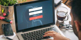 wizualizacja bezpieczeństwa w sieci mężczyzna siedzący przed komputerem
