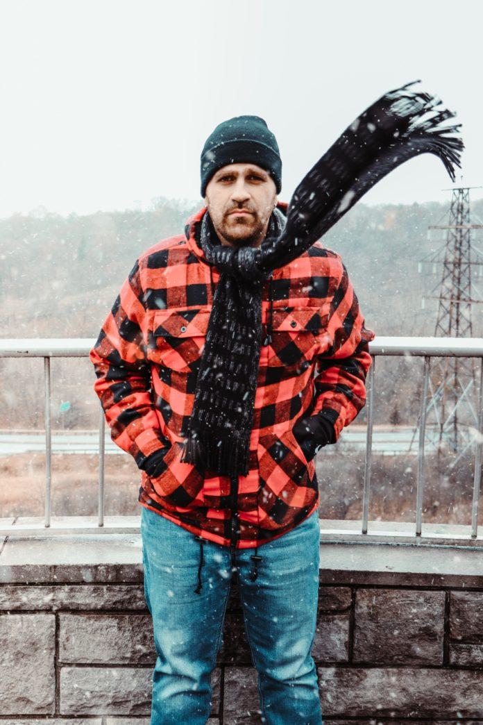 Mężczyzna w szaliku zimą