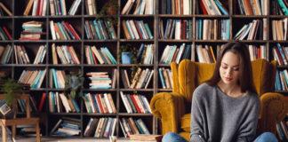młoda dziewczyna pracująca nad własną książką