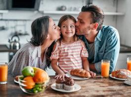 rodzinne śniadanie w kuchni