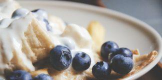 śniadanie z bananem i borówkami amerykańskimi
