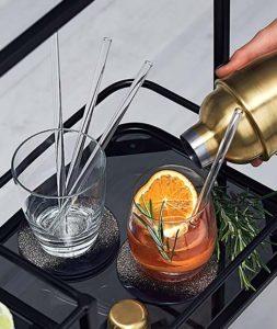 szklane słomki w szklankach do drinków