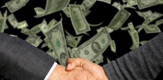 uścisk dłoni nad dolarami