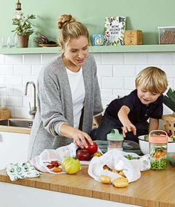 kobieta i dziecko z zakupami woreczki na owoce i warzywa