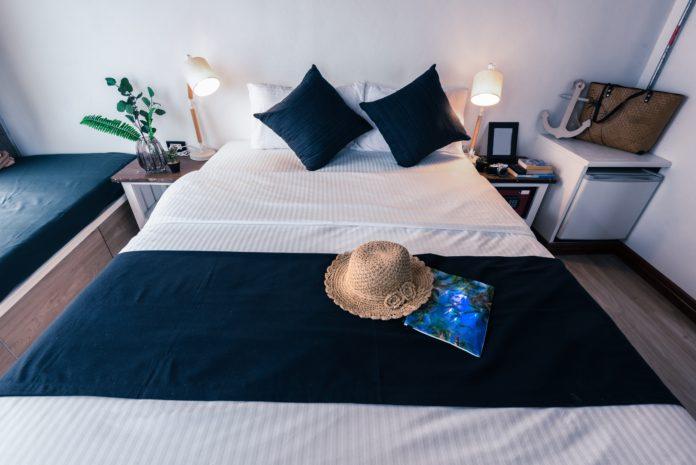 wynajem krótkoterminowy sypialnia w stylu marynarskim
