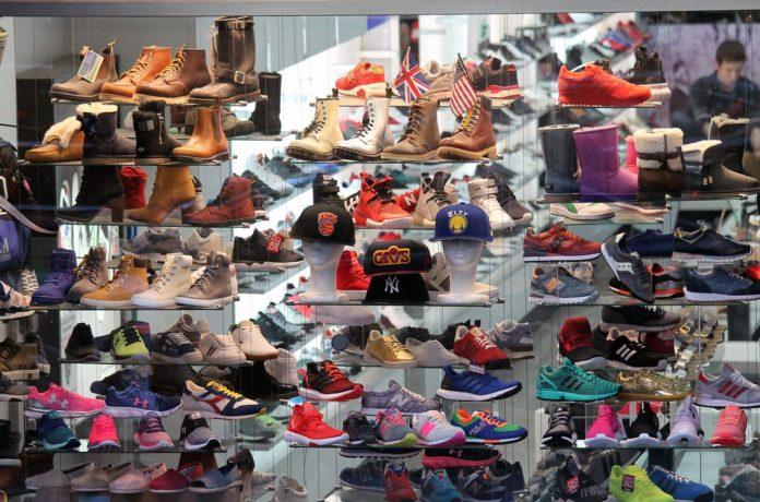 wystawa sklepowa buty sportowe trekkingowe