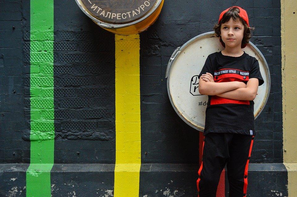 chłopiec na tle kolorowej ściany