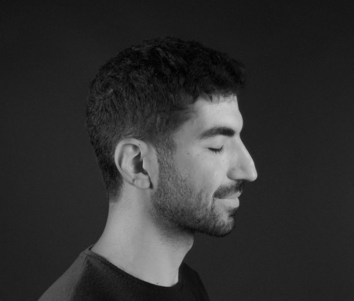 profil mężczyzny zdjęcie czarno białe