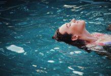 kobieta pływająca na plecach