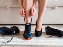 kobieta zmieniająca szpilki na buty sportowe