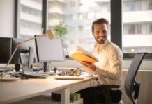 mężczyzna w biurze przy komputerze