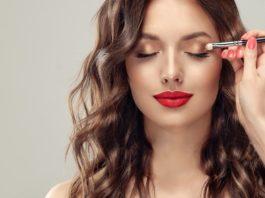 modelka w złotym makijażu